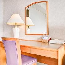 *【ツイン】大きめのデスクと鏡があり、デスクワークはもちろん朝の支度にも便利です。