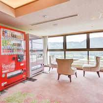 *【館内】エレベーター前のスペース。自動販売機は各階ございます。