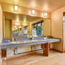 *【大浴場】洗面台にドライヤーもございます。(お部屋にも備え付けがございます)