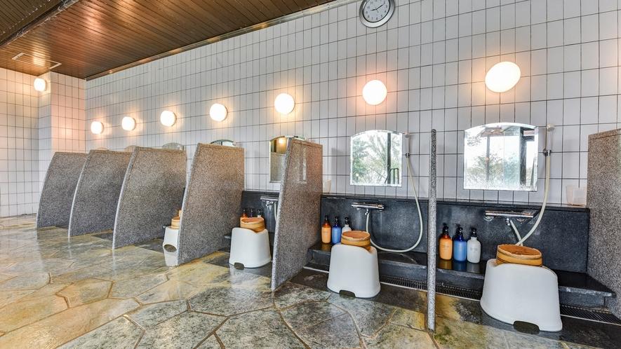 *【大浴場】洗い場もゆとりあるスペースです。