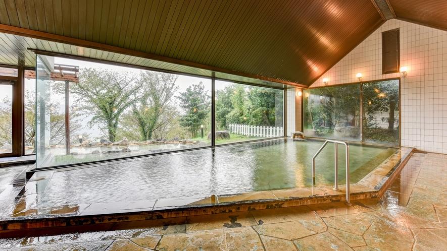 *【大浴場】広々とした大浴場で緑を眺めながら足を伸ばしてお寛ぎください。