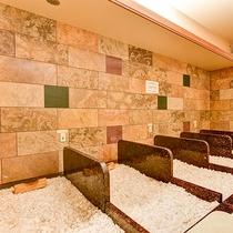 *【岩盤浴】ヒマラヤ産の岩塩を使用した『岩塩洞』。時間をかけてゆっくりと発汗を促し疲労回復できます。
