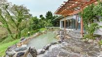 *【露天風呂】圧倒的な景観と温泉を楽しむのがJ'sおすすめ!一面に広がる緑と日南の海も見渡せます。