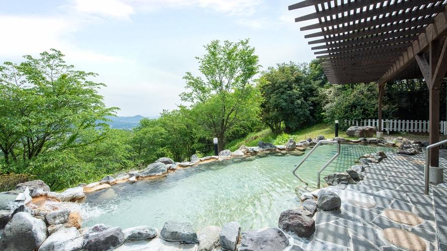 *【露天風呂】遠くには日南の海ものぞく、山の上ならではの景色は圧巻です。