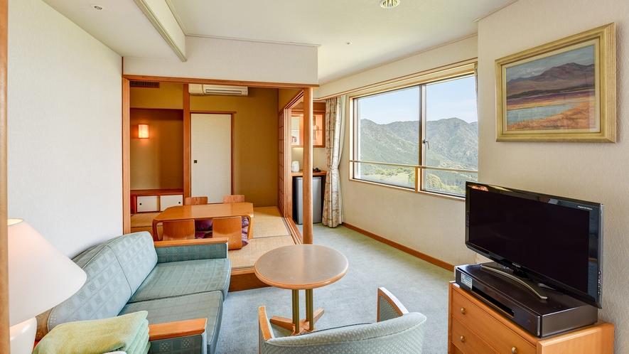 *【DX和洋室】ツインベッドと和室6畳のお部屋。ソファーもある広々としたお部屋