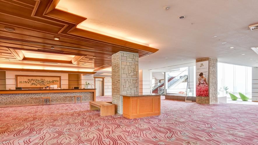 *【ロビー】館内入ってすぐのエリアです。全体的にゆとりのある空間設計です。