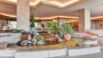 *【ロビー】ロビーの中心にあるオブジェ。広々とした作りの当ホテルならではの空間です。