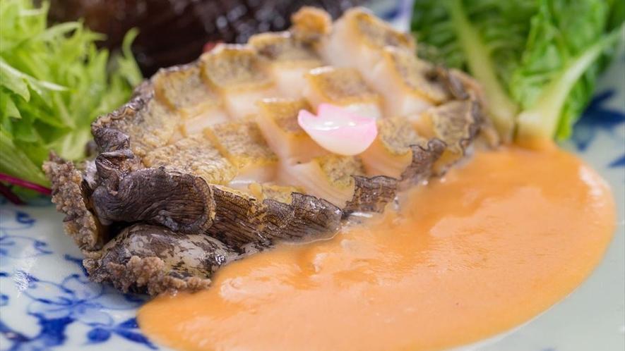 伊豆産天然アワビの料理長特選海老ソース