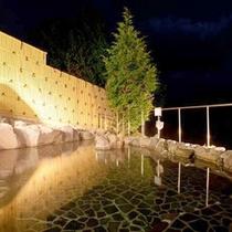 *【露天風呂】夜の露天風呂も趣がございます。