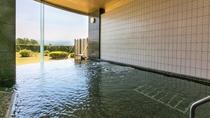 【温泉】湖畔を感じながら浸かる温泉は、身も心もゆったりと和ませてくれます。