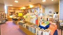 【売店】北陸ならではの食べ物やお菓子、グッズなど各種取り揃えております。旅の思い出にも※イメージ