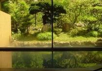 庭園を眺める大浴場