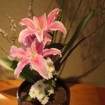 *館内/女将が日々手入れしている心ばかりの花々で皆様のご来館をお出迎えいたします。