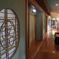 *館内/青森ヒバやケヤキなどの木材をふんだんに使用した、あたたかみのある雰囲気です。