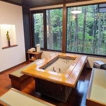 *お食事処/囲炉裏を配したつくり。ブナ林の自然に囲まれたやすらぎの空間です。