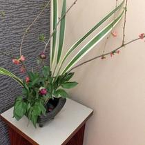 *館内/女将自らが活けた花を館内に配しております。
