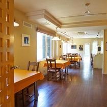 【レストラン】イエロークロスがアクセントの落ち着いた雰囲気のレストラン。お食事は朝夕こちらでどうぞ。