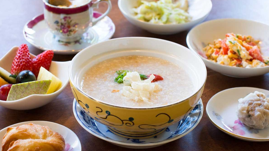 ・目覚めの朝粥は秘伝の鶏スープをベースに滋味深い味わい