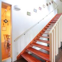 【2Fへの階段】ゆるやかな階段を上がるとゲストルームフロアに