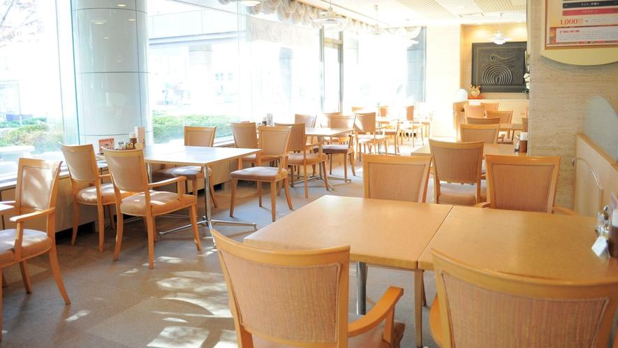 【レストラン】朝日がたくさん入り込むレストラン