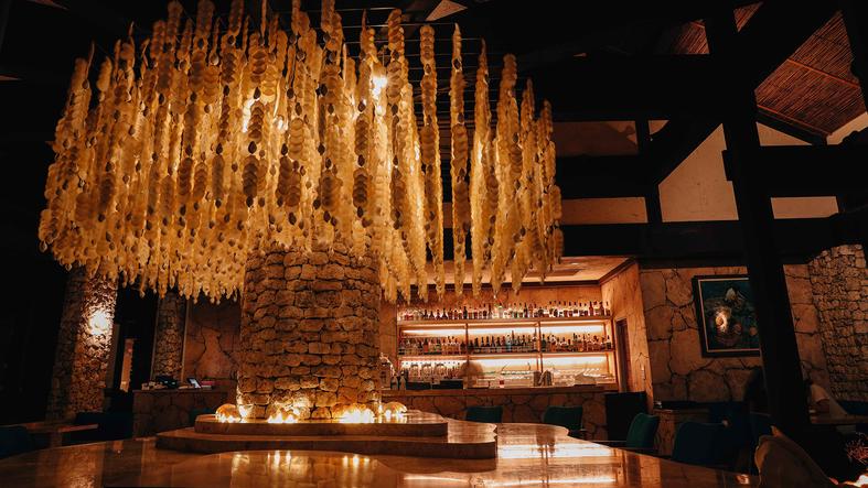 【バー・ムーンシェル】約7,000枚もの貝殻で作られたシャンデリアがリゾート気分を盛り上げる