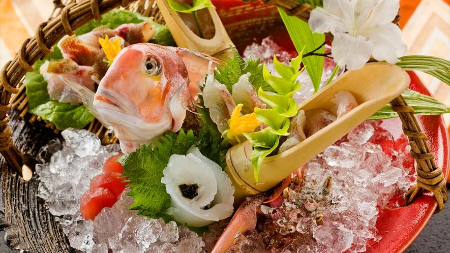 料理人の技が光る、お刺身の造り♪一枚一枚、芸術のように盛りつけられた一皿