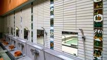 【新総湯・女湯】地元作家が手がけた九谷焼タイルの装飾がお洒落な共同浴場です。
