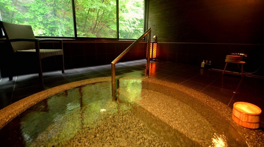 【貸切風呂・いろはの湯】四角い浴槽。通常は45分間2750円(税込)