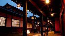 【はづちを楽堂】山代温泉街の中心に位置し、山代温泉展示物、九谷焼の展示販売、茶店などがございます。