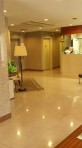 1Fロビー(フロント左側にエレベーター・お手洗い)