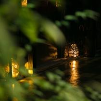 葉の陰から見る渡り廊下