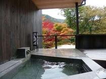 紅葉が鮮やか、お部屋露天にも色が映りこみ、秋ならではの風情を醸し出します.jpg