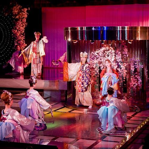 雪月花歌劇団によるレビューショー「花吹雪」
