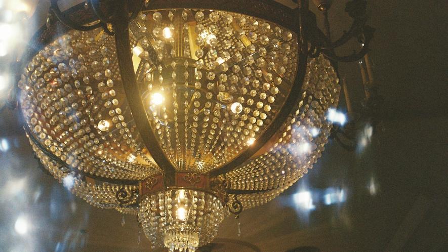 ロビー天井に吊り下がるシャンデリアの輝き