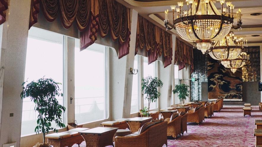 シャンデリアと大きな窓が特徴的な最上階のロビー。