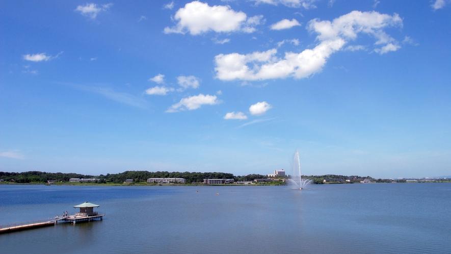 温泉岩風呂付客室からの湖畔景色