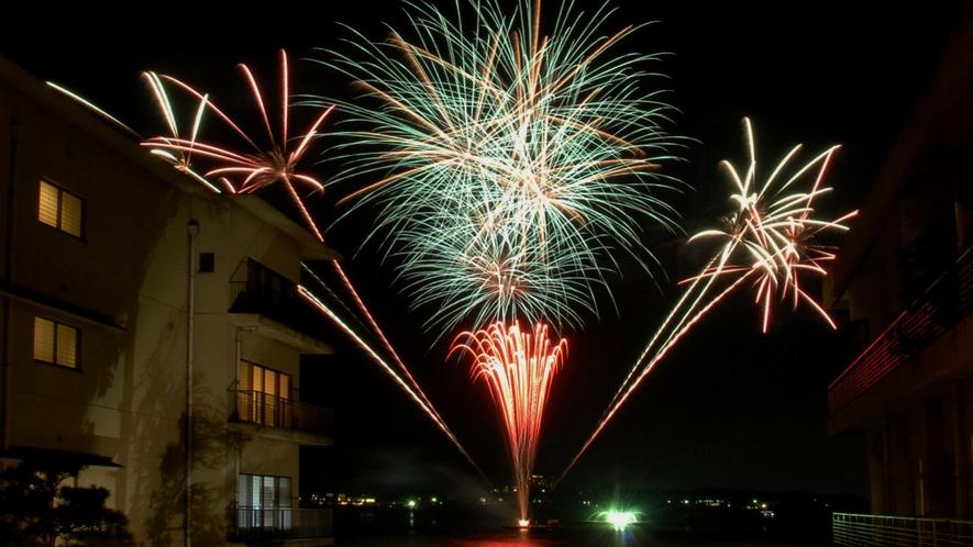 8月1~29日毎夜:湖上花火が上がります