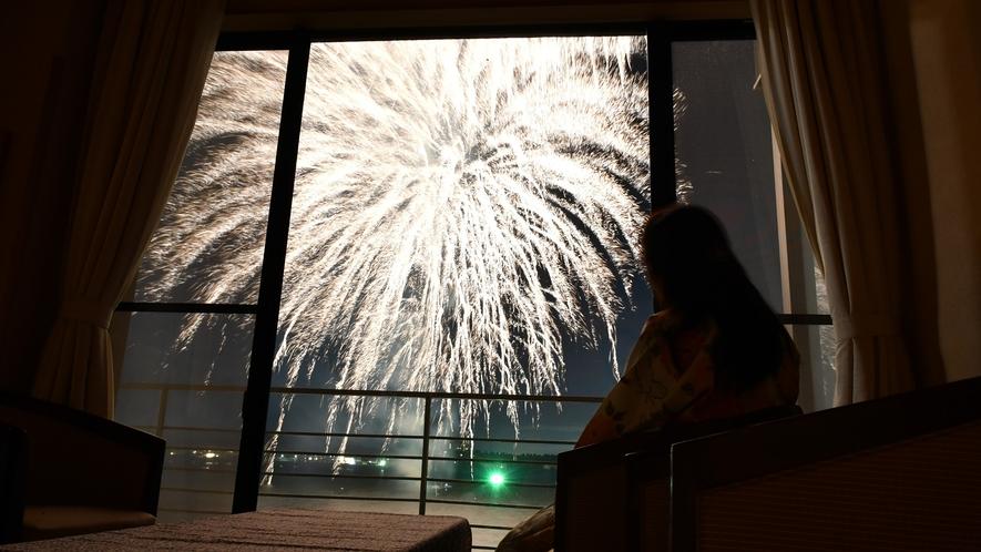 8月1~29日毎夜:温泉岩風呂付のお部屋は花火が目の前