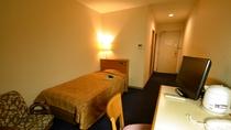 *お部屋は18㎡。ベッドはワイズ100cm。落ち着いた色調の【シングル】。