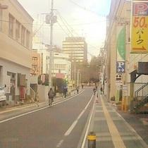 ホテルへのアクセス1⑭通りの左手に「看板屋さん」があり、その向かい側にホテルがあります。