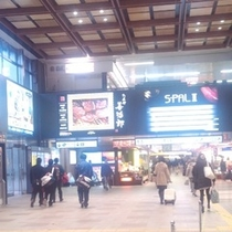 ホテルへのアクセス①JRの改札を出ると仙台駅中央にステンドグラスがあるので、正面を右に進みます。