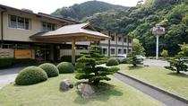 豊かな山々に囲まれたお宿。角島まで35分、元之隅神社まで60分と観光にも便利。