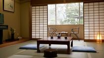 スタンダードな10畳和室~窓からは日本庭園を眺められるお部屋もございます