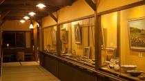 ギャラリー~温泉へとつづく畳敷きの廊下にはさまざまな展示をご用意しております。