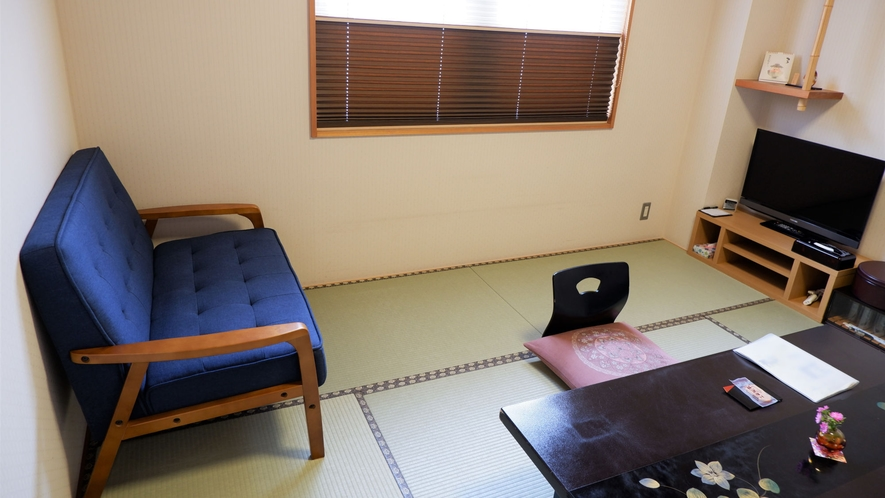 ・ソファ付和室8畳(バス・トイレ付):2人掛けソファを設置した和室