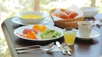 【朝食一例(大人)】アメリカンブレックファーストをご用意いたします。内容はパン・スープ・卵料理など。