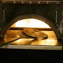300度の火で焼き上げるピザ