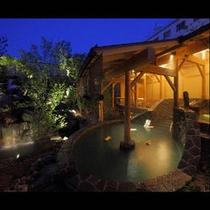 庭園に点在する露天風呂群