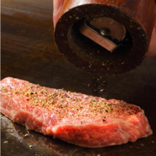 180センチの大型鉄板で焼き上げる鉄板ステーキ