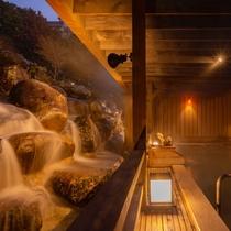 露天風呂『月明かりの湯』と天空の滝(夜)